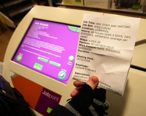 Jobbansökningar utskrivna på en kvittoskrivare i en självbetjäningsautomat