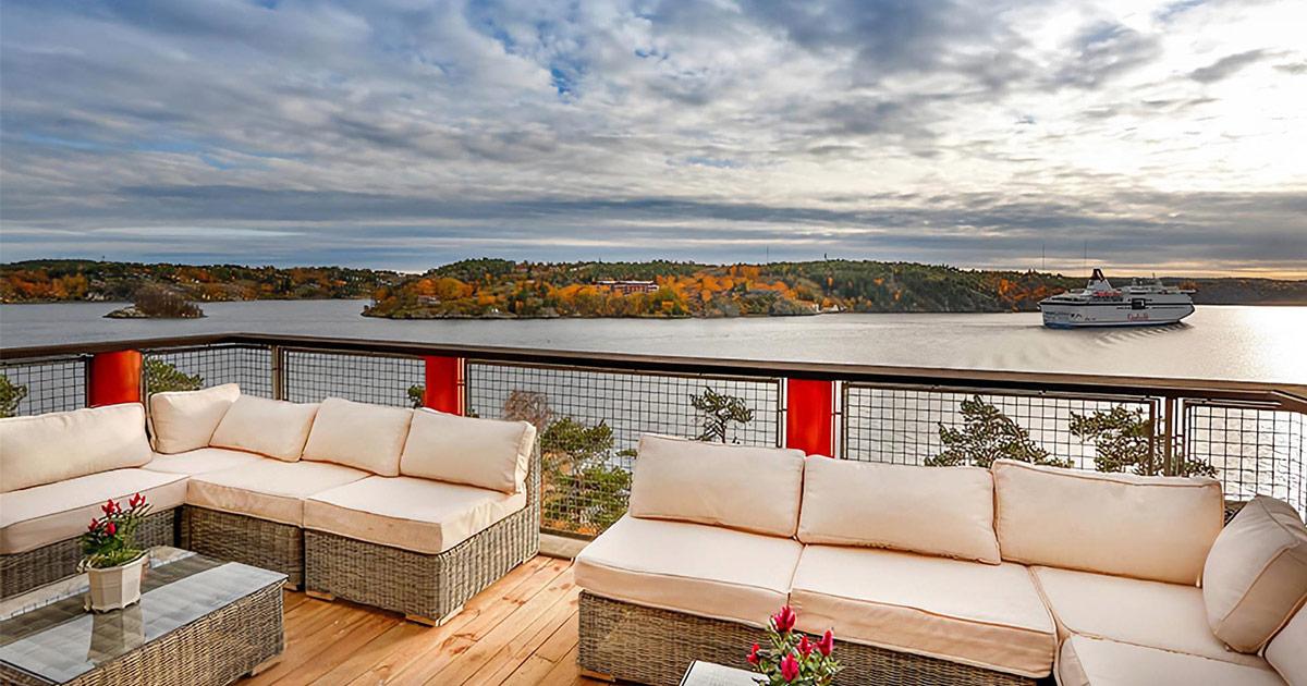 Ljuvlig utsikt från terrassen med angränsning till mötesrum Paviljonen. Bild: Högberga Gård
